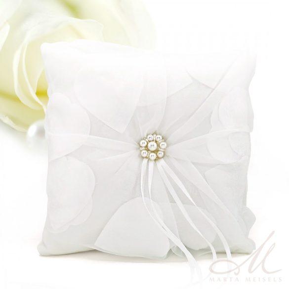 Exkluzív, szívekkel díszített fehér tüllös gyűrűpárna GP-CQ-3334