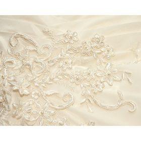 Törtfehér menyasszonyi ruhához ajánljuk